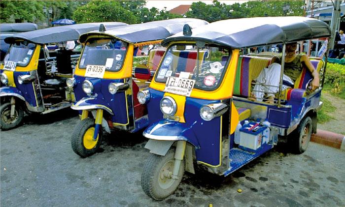 トゥクトゥク バンコクのシンボルにもなっている三輪タクシー。料金は交渉制。徒歩10分の距離で30〜40バーツ