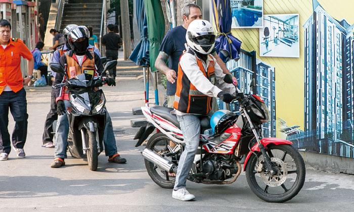 モーターサイ 短距離の移動に便利ですが、大通りを通らない、ヘルメット着用など乗車の際にはご注意を