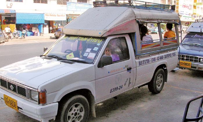 ソンテウ 小型トラックの荷台を改造した乗合バス。シーローと乗り方は同じ。広々していて乗り心地◎