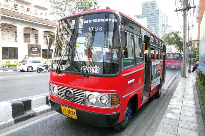 トンローの赤バスを利用しよう! トンロー通りを行き来する時に便利なのが、循環バス。通称「赤バス」。トンロー通りの入り口から100mほど入った左側に乗り場があり、ある程度の人数が集まれば発車します。料金は一律7バーツ。通りの途中で乗りたい場合は、手を上げて合図すれば止まって乗せてくれます。