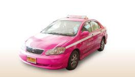 バンコクで必要不可欠な移動手段。都内には法人経営と個人経営のタクシーが数多く走っており、日本と比べて格安で乗れます。 個人タクシー 車体の上半分が黄色、下が緑のタクシーは個人タクシー、その他ピンクなど単色のタクシーは基本的に法人タクシーです。