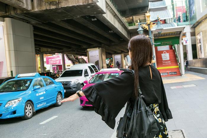 ❶ タクシーを拾う 助手席前にある空車サイン(赤色・緑色)が点いているタクシーを見つけ、手を斜めに差し出してタクシーを止めます。