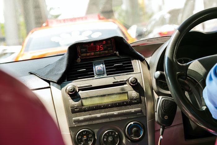 ❸ 乗車する 自分で扉を閉めます。助手席に座る場合はシートベルトを忘れずに。メーターがオンになっているかチェックしましょう。