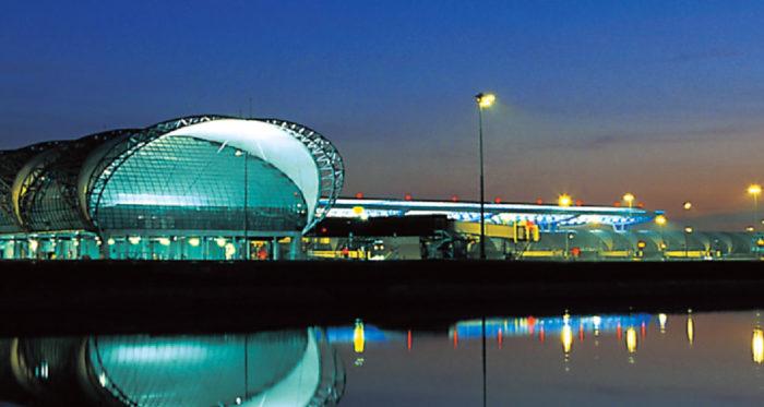 スワンナプーム 国際空港 Suvarnabhumi Airport 敷地面積3200ヘクタール、24時間離発着可能な東南アジア最大級のハブ空港。都内からのアクセスは車で40〜50分ほどです。