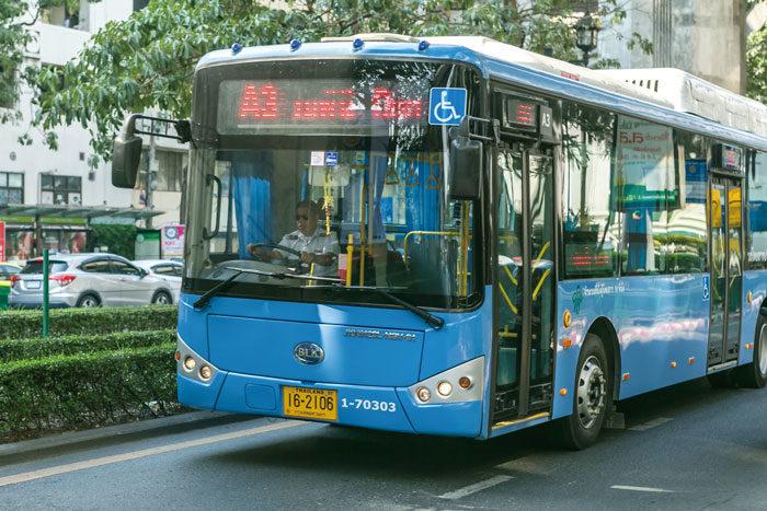 空港バス 空港から市内へのバスは4種類。BTSモーチット駅行きの「A1」は頻繁に運行しています。BTSビクトリーモニュメント駅行きの「A2」は、30分に1本程度でモーチット駅にも停車。MRTシーロム駅経由ルンピニ公園行きの「A3」、カオサン経由王宮広場行き「A4」は30分に1本程度で料金は50バーツ。