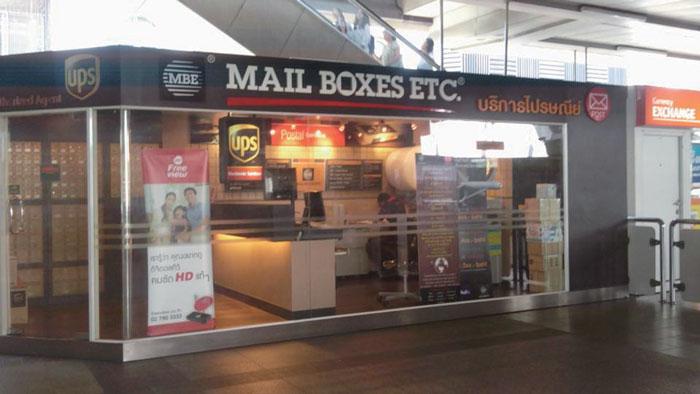 民間郵便サービス「MAIL BOXES ETC」国営郵便局のほかに民間郵便サービスがあり、BTSやデパート等でも利用できます。ほかにも国際輸送サービス会社のFedExとUPSの2社から選べます。無休で遅くまで利用できる分、料金は国営郵便より2割ほど高めです。