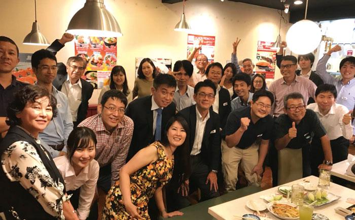 バンコク 稲門会 早稲田大学卒業生による、40年以上前に発足した歴史ある校友会です。ほぼ毎月開催される懇親会は、政治・経済・文化やビジネスなどの意見交換をする、有意義な機会にもなっています。