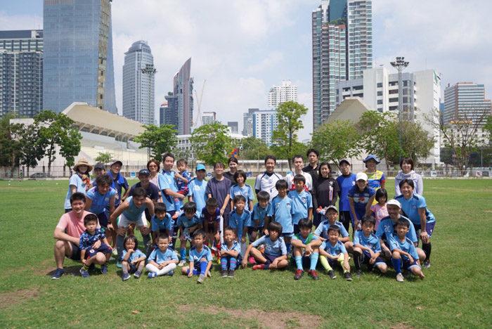 JFC(JAPAN FOOTBALL CLUB)BANGKOK 駐在員の父母中心にボランティアで運営する親子サッカーサークル、家族何人で参加しても1家族500B/月。幼稚園年中~高校生、ナデシコ、大人チームの幅広いメンバーで楽しんでいます。毎週日曜午前に活動中。