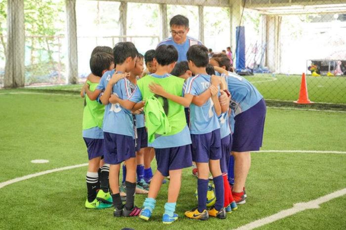 Kickers Bangkok 「楽しくプレーする」がモットーの、20年以上の実績を誇るサッカーサークルです。毎週日曜朝、幼稚園児から大人まで共に楽しく活動しております。初心者も大歓迎、フリートライアルにぜひご参加ください。