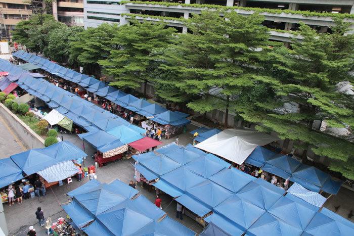 モーソーウォー市場 火・木曜に開催される シーナカリンウィロート大学構内に200を超える店が集結。 タイの大学の雰囲気が見られるのもおもしろい。 食堂やカフェもあり、学生以外も利用可能