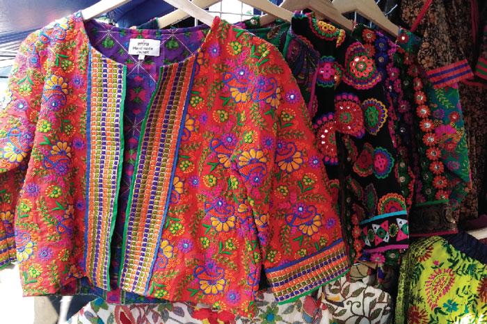モーソーウォー市場を歩いてみよう! ファッションエリア カジュアルからフォーマルまで種類が豊富です(価格は数十〜数千Bまでと幅広い)。アクセサリーや靴、下着、水着なども充実。