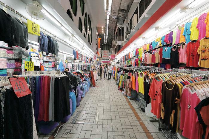 世界の洋服バイヤーも注目 プラトゥーナム市場 BTSチットロム駅から徒歩で行ける、衣料品を中心とした市場。迷路のように入り組んだ路地には、Tシャツ、デニム、ドレスなどカジュアルからフォーマルまで、ありとあらゆる洋服がズラリ。驚くほど安価なものが多く、世界中からバイヤーが買い付けに訪れるほど。