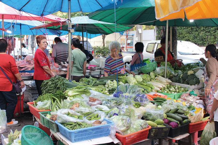トンローエリアでローカルを体験 トンロー市場 プロンポンからエカマイエリアに住む日本人に人気の市場。土日の朝は特に多くの買い物客で賑わいます。青果、魚介、精肉などは量り売りのため、必要な分だけ購入可能。また、魚をおろす、エビの殻むきといった調理サービスも。惣菜やタイ伝統菓子の屋台もあり、小規模ながら暮らしに重宝する市場です。