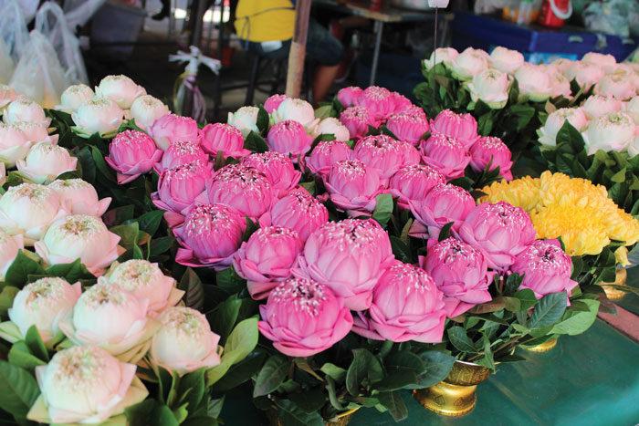 業者が訪れるバンコク最大の花市場 パーククローン市場 チャオプラヤー川から運搬されてきた商材が並ぶ、24時間営業の花専門市場。南国ならではの植物や海外からの輸入花まで、種類豊富に揃っています。花屋の多くはここから仕入れているため、市場価格よりも安く新鮮なものが手に入ります。また、プロ御用達の花屋や一般には出回らない高級花も。