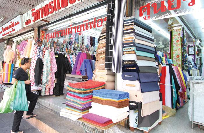 """洋服の布地を探すなら! パフラット市場 中華街ヤワラートの奥にある「パフラットエリア(別名・インド人街)」は、""""布市場""""として有名です。洋服のオーダーメイドのために、ここで布地を探す人が多いとか。また、インド料理をはじめ、タイ在住のインド人が敬うタイ初のシーク教寺院も近くにあり、観光にもオススメです。"""