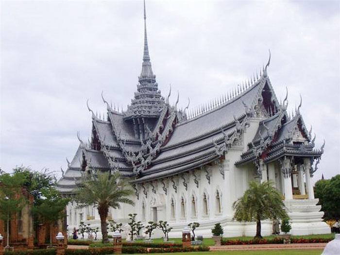 Muang Boran (Ancient City) タイの寺院や遺跡、歴史的建造物のレプリカが展示された歴史ミュージアム。広大な敷地はタイの国土の形を模しており、パーク内は自家用車のほか、自転車やカートをレンタルして回れます。