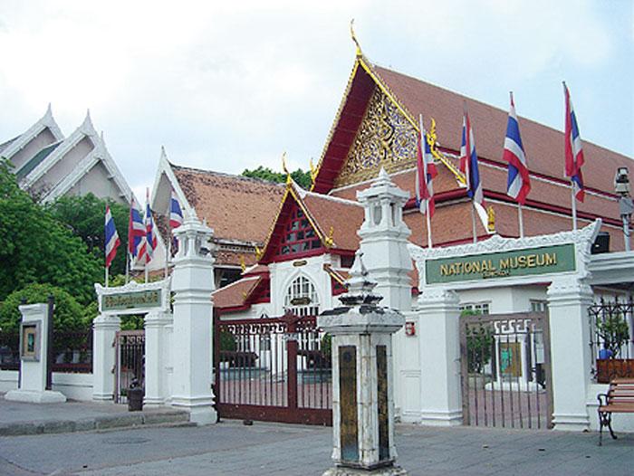 National Museum Bangkok 新石器時代からスコータイ・アユタヤ王朝、現在までの各時代の美術品を所蔵。収蔵品の中には、ユネスコの「世界の記憶」に登録されたラムカムヘン大王碑文も。毎週水・木曜には日本語ガイドツアーも利用できます。