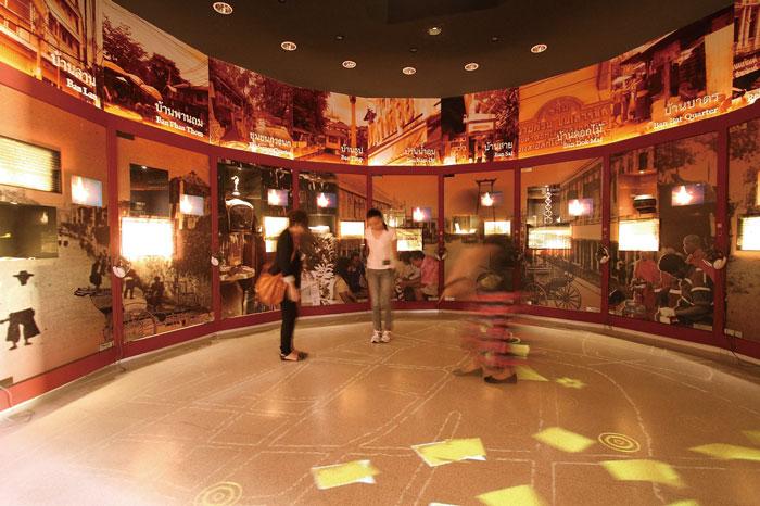 Rattanakosin Exhibition Hall タイの歴史や観光地、伝統芸能などを映像や模型で紹介。ラッタナコーシン王朝やエメラルド寺院に関する展示のほか、タイの伝統舞踊が映像で楽しめるシアターもあります。