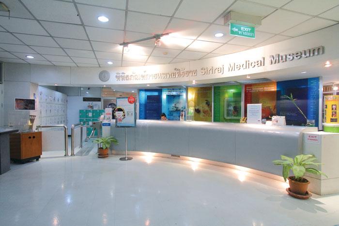 "Siriraj Medical Museum シリラート病院内にある""死体博物館""の通称で知られる解剖学博物館。医学的に重要な資料として人体の解剖標本、人骨標本、胎児標本、寄生生物などの展示もされています。刺激が強いので、覚悟を決めて(!?)向かいましょう。"
