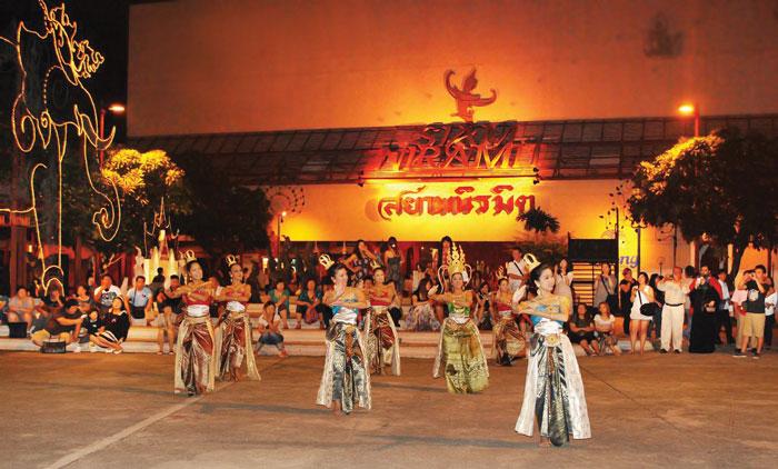 Siam Niramit Theatre タイの歴史や文化をわかりやすく華やかに伝えるシアター。北部、東北部、中部、南部とそれぞれの風景を再現したゾーンもあり、タイの生活様式を知ることができます。