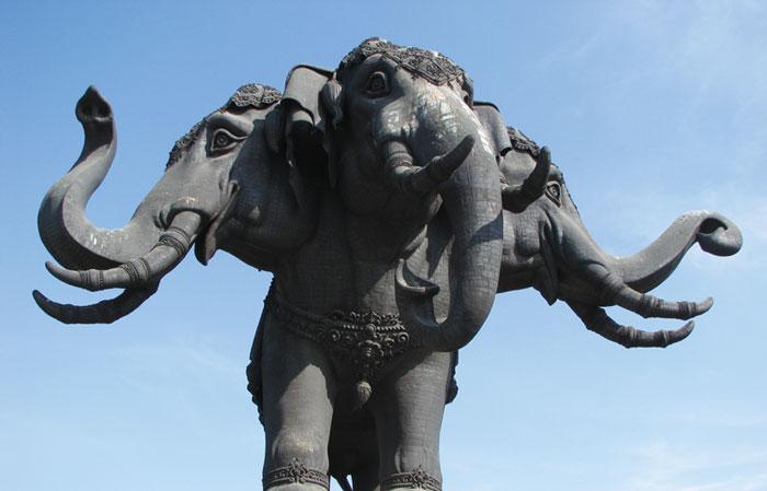 Erawan Museum 3つの頭を持つ巨大な象がシンボルの博物館。象を支えるドーム内に東洋・西洋の貴重な美術品を展示。さまざまな美術様式を融合させた内部の装飾は必見です。