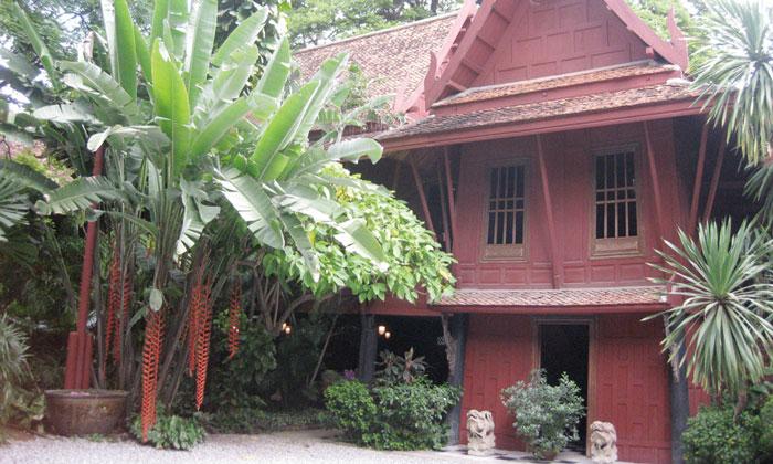 Jim Thompson House タイシルクを世界中に広めたアメリカ人実業家、ジム・トンプソンが晩年を過ごした住居を利用した博物館。彫刻や陶磁器などの国宝級のコレクションを展示しています。木造のタイ伝統様式の家屋、手入れの行き届いたガーデンも一見の価値あり。