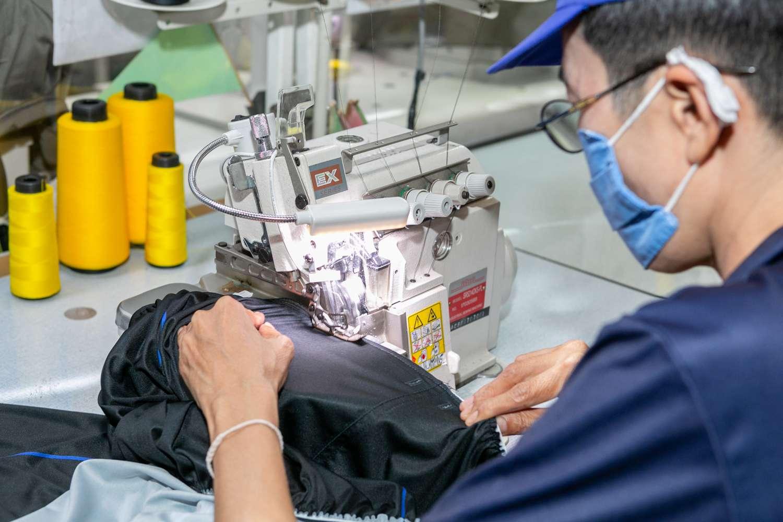 พนักงานในโรงงานของเราทุกคนมีความเชี่ยวชาญสูง นอกจากนี้เรายังมีจักรเย็บผ้าหลายชนิดที่สามารถเลือกใช้ได้ตามประเภทของผลิตภัณฑ์ที่จะตัดเย็บอีกด้วย