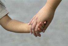 """娘と息子、2人の母親""""だった""""カレン氏(29・仮名)は5月25日、詐欺罪及び殺人未遂容疑で逮捕された。"""
