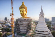 タイ屈指のフォトジェニックなお寺として知られる「ワット・パクナム(正式名ワット・パクナム・パーシーチャルン」。 その一角に2017年から建設中の高さ69mの巨大仏もまた、写真映えすることから注目を集めています。 一体、どのように造られているのでしょうか? まずは、砂を混ぜた粘土で仏像を成形し、その上から蜜ロウを被せて原型を作ります。これは「蝋型鋳造(ろうがたちゅうぞう)」と呼ばれる技術で、日本では飛鳥・奈良時代に用いられていたのだとか。 その後、よく乾燥させてから口または仏像の中空部に穴を開け、約800℃で焼いてロウを溶かし出します。 その隙間に溶銅を流し込めば、骨組みは完成。 丁寧に磨き、仕上げに金箔を塗って出来上がりです。 その神々しい姿は、まさに職人技の賜物と言えるでしょう。