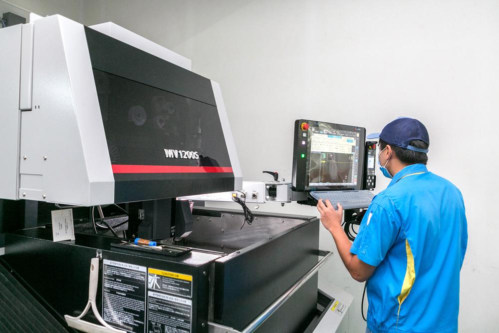 【最新ワイヤーカッター】 近年では、最新のワイヤーカットを導入して、保有設備にさらなる厚みが生まれるとともに、より広い範囲の部品製作を展開している。