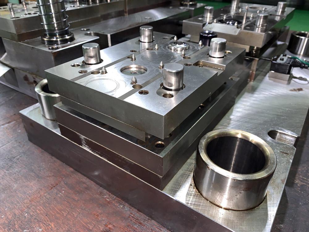 【金型:順送金型】SK-85 t0.15mm薄物絞り加工。薄板の絞り加工も得意として対応している
