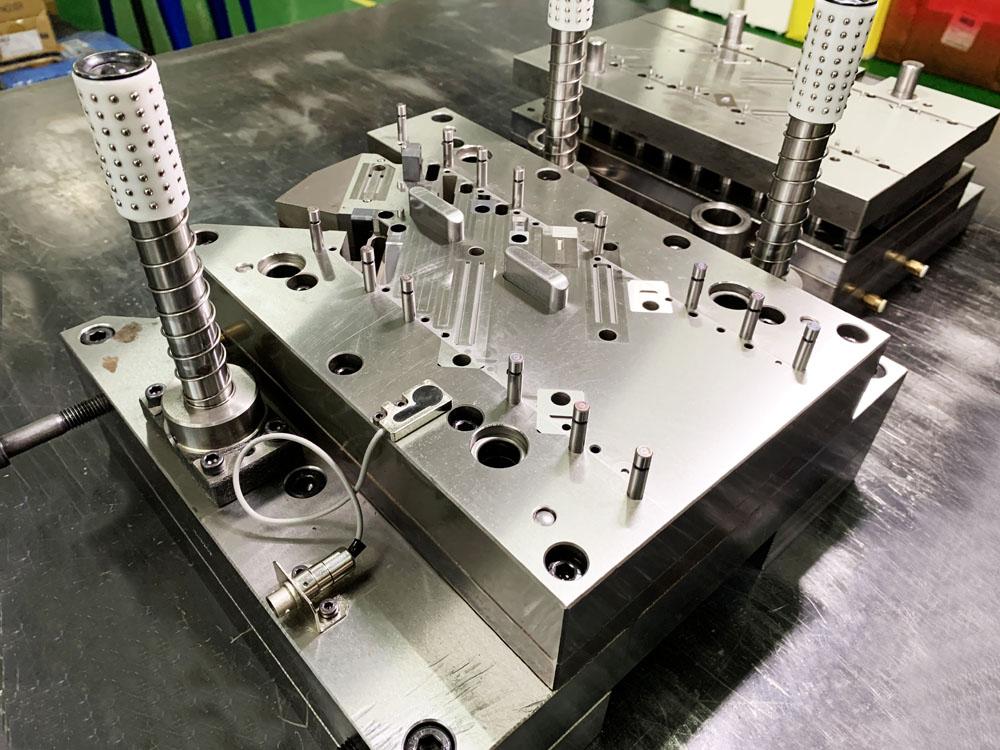 【金型:順送金型】SUS304 1/2H t0.4順送曲げ加工。SUS301、304、1/2H 3/4H H材等 0.2mm~2mmまで対応