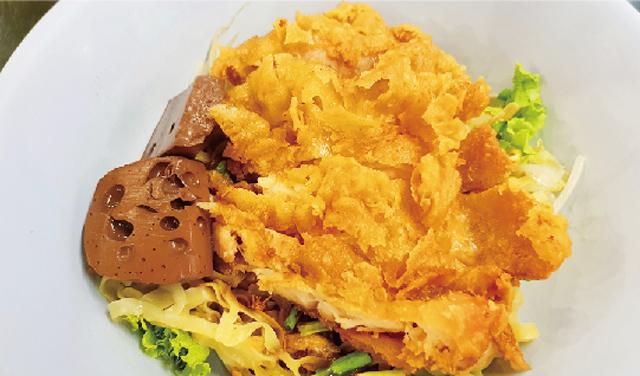 揚げ鶏のせ汁なし麺(クイティアオ) ・・・50B