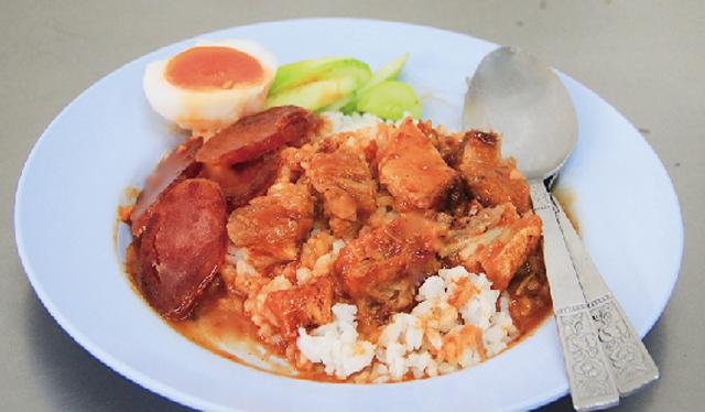 揚げ豚肉と中華風 ソーセージのせご飯 50B