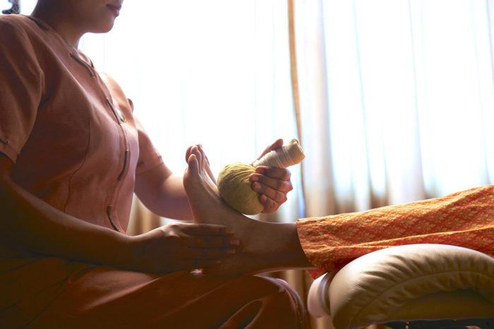 同店で行う「ハーバルボール治療」は、2500年以上の歴史をもつタイの伝承医学の一つで、ハーブの宝庫タイならではの伝統的な温熱治療です。 - ASIA HERB ASSOCIATION