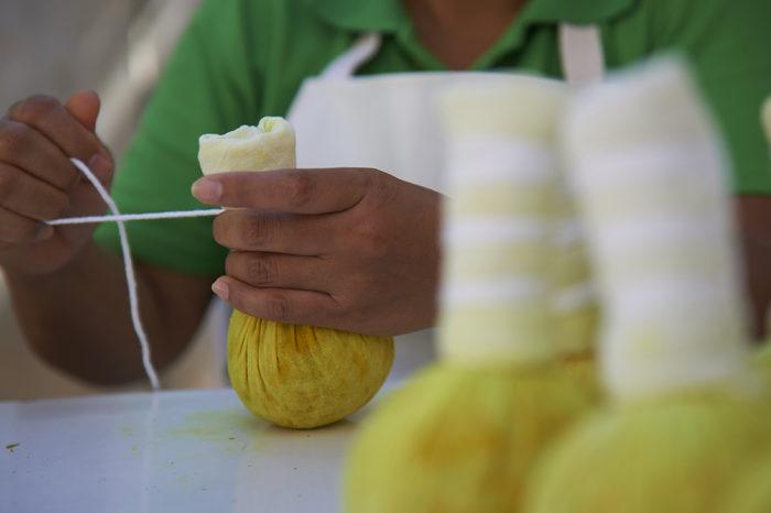 同店では自社オーガニック農園を持ち、18種のハーブを含むハーバルボールを伝統的な配合に基づいて、毎日一つひとつ心をこめて手作りしています。 - ASIA HERB ASSOCIATION