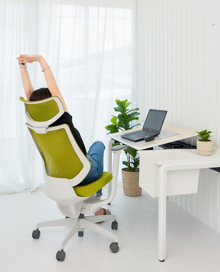 オフィスチェアは座り心地を追求し、長時間のデスクワークでも身体への負担が少ない