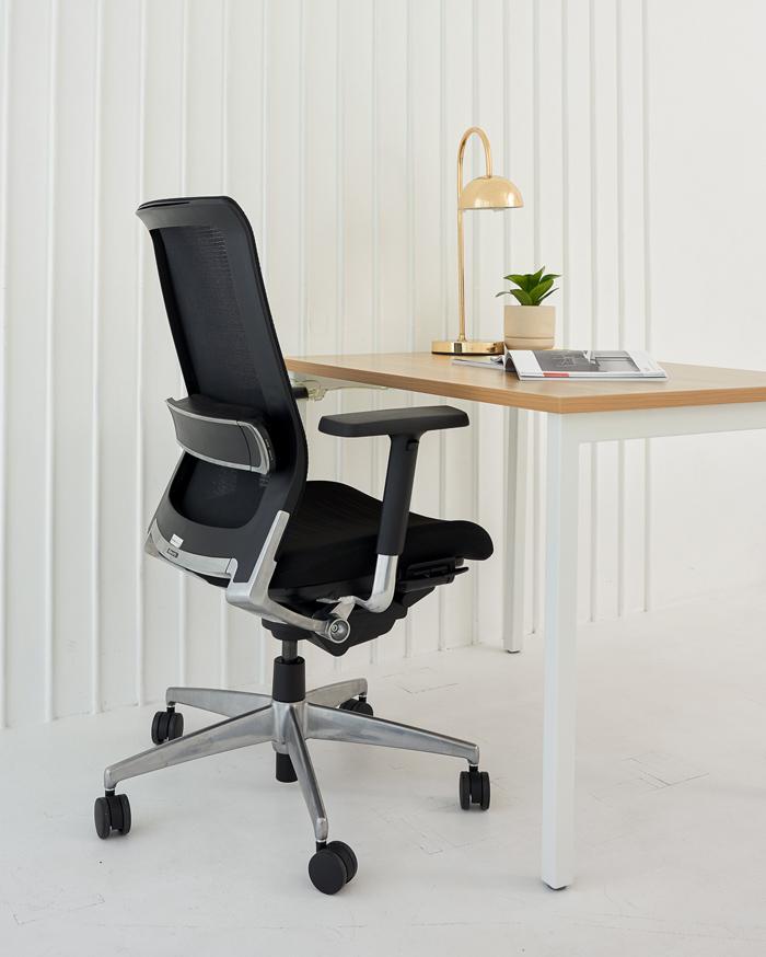住まいのワークスペースの広さに応じて、オフィスチェアのタイプを選びたい