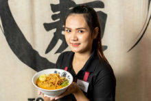 """北タイ料理「カオソーイ」に、鶏そばに使用する濃厚スープを合わせた1日10食の限定メニューです。少しとろみがかったスープからは鶏の旨みとカレーのスパイスが香り、ラーメン用の中華麺とよく絡んでスルスルッと口の中に入ってきます。まろやかな""""たけいち風カオソーイ""""をお楽しみください。"""