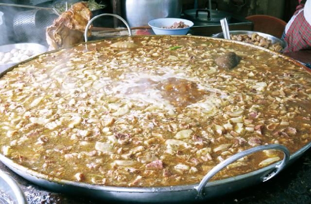 ヌア・トゥン 牛肉はジャンボサイズの鍋を 使用して長時間煮込みます