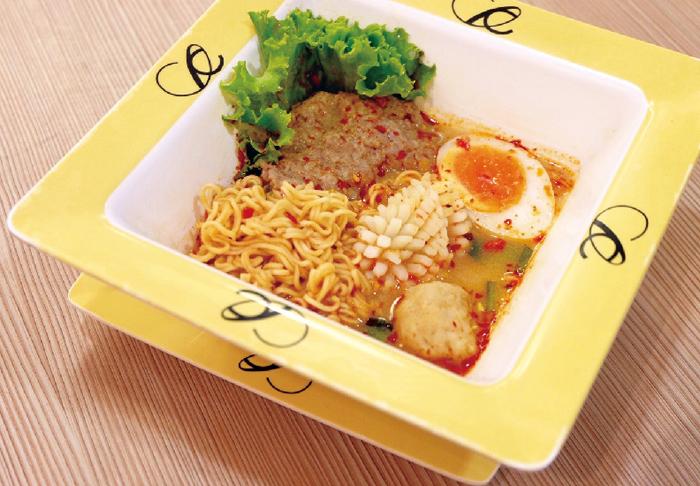 豚ひき肉とシーフード 入りインスタント麺・・・60B
