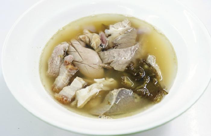 豚のモツスープ ・・・50B