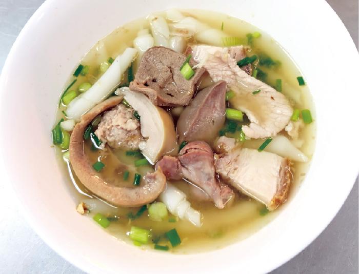 米粉の極太麺のスープ ・・・50B
