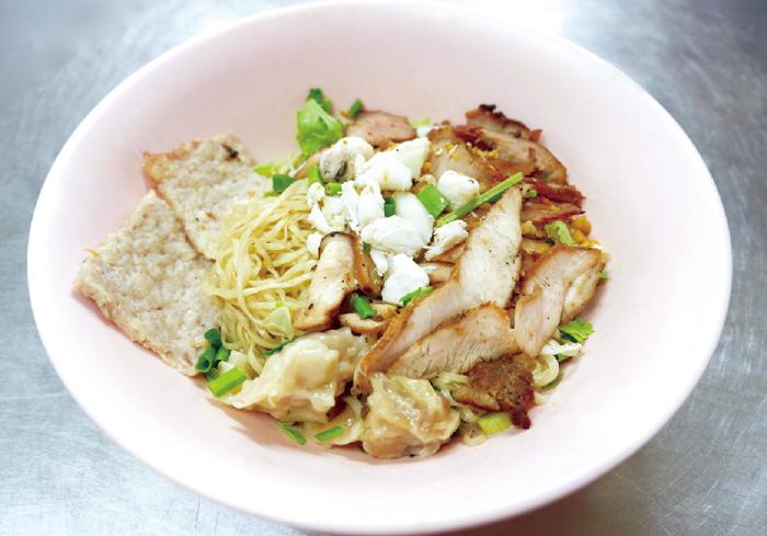 スープなしのカニ肉と 焼き豚肉入りワンタン麺・・・50B