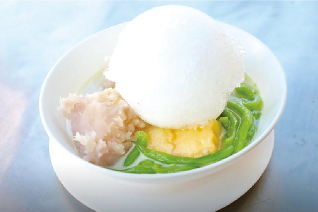 パンダンの葉で着色されたタピオカ麺に メロンとタロイモを添えたデザート・・・30B