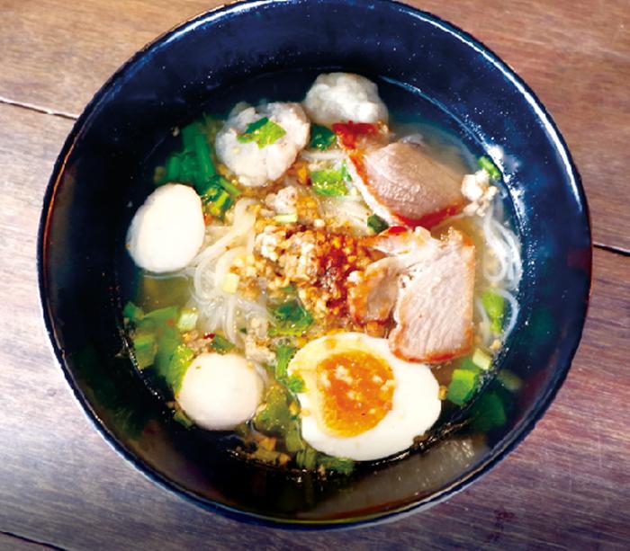 半熟卵とひき肉入りトムヤムヌードル ・・・55B