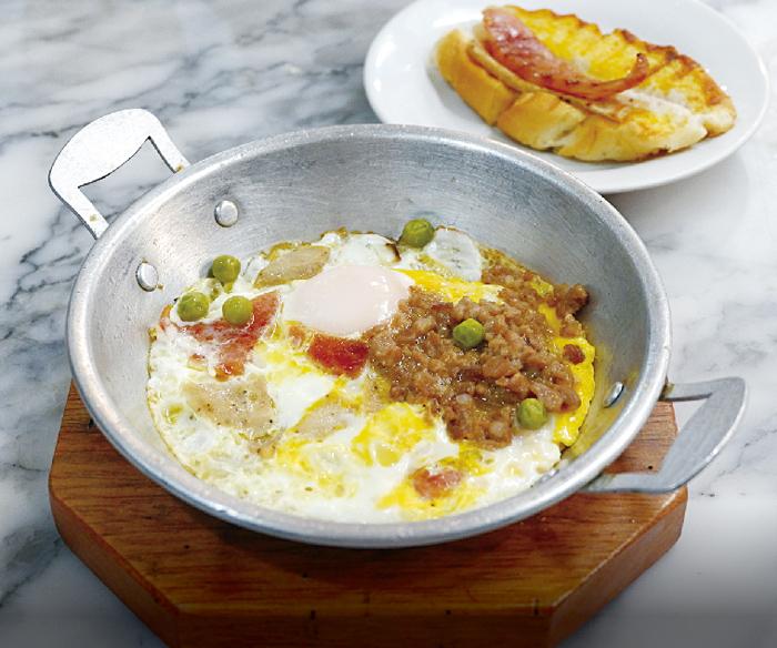 トッピングされた目卵焼きと挽肉のバジル炒めご飯 ・・・89B