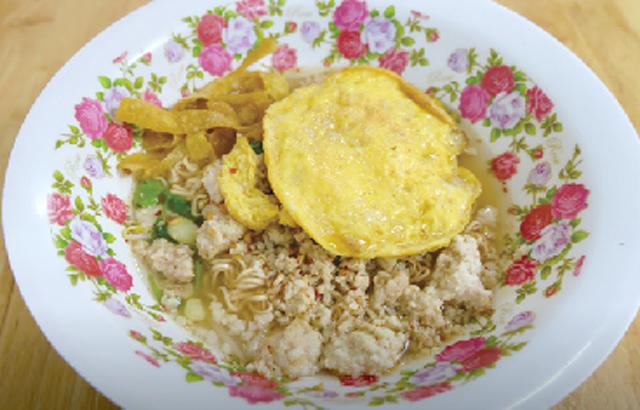 豚ひき肉と卵焼きのせ インスタント麺 ・・・50B
