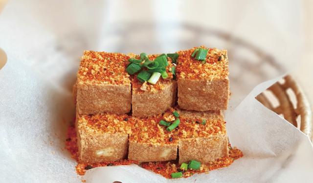 塩と唐辛子で炒めた揚げ豆腐・・・60B