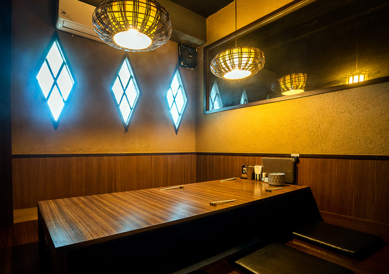1階は調理風景を覗けるカウンター席とテーブル席